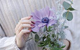 花と赤いネイルの写真