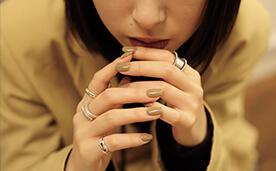 コードの女性のベージュネイルの写真