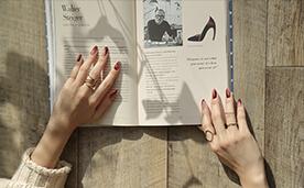 本と赤いネイル女性の写真